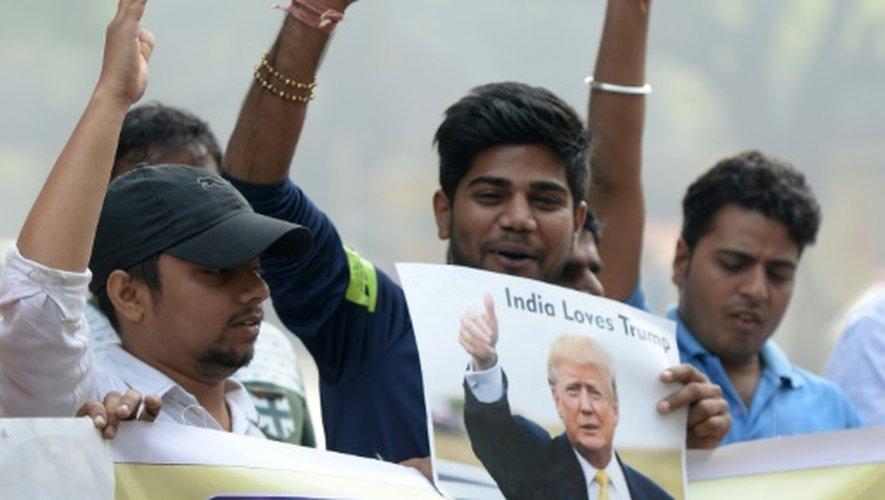 Des membres du groupe ultra-nationaliste Hindu Sena célèbrent la victoire de Donald Trump, le 9 novembre 2016 à New Delhi