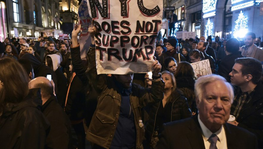 Des opposants au nouveau président élu Donald Trump manifestent sur la 5e Avenue à New York, le 9 novembre 2016