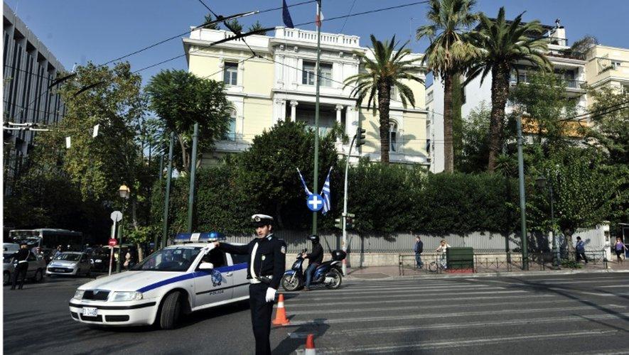 Un véhicule de police devant l'ambassade de France à Athènes, le 4 novembre 2010