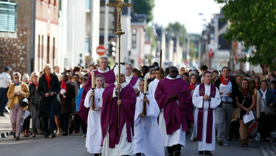 L'archevêque de Rouen Dominique Lebrun mène une processions dans les rues de  Saint-Etienne-du-Rouvray le 2 octobre 2016 avant une cérémonie pour la réouverture de l'église où le Père Jacques Hamel a été assassiné par un jihadiste