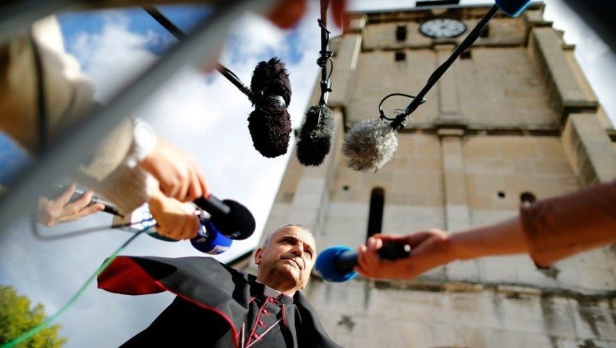 L'archevêque de Rouen Dominique Lebrun répond aux journalistes le 2 octobre 2016 avant une cérémonie pour la réouverture de l'église Saint-Etienne-du-Rouvray