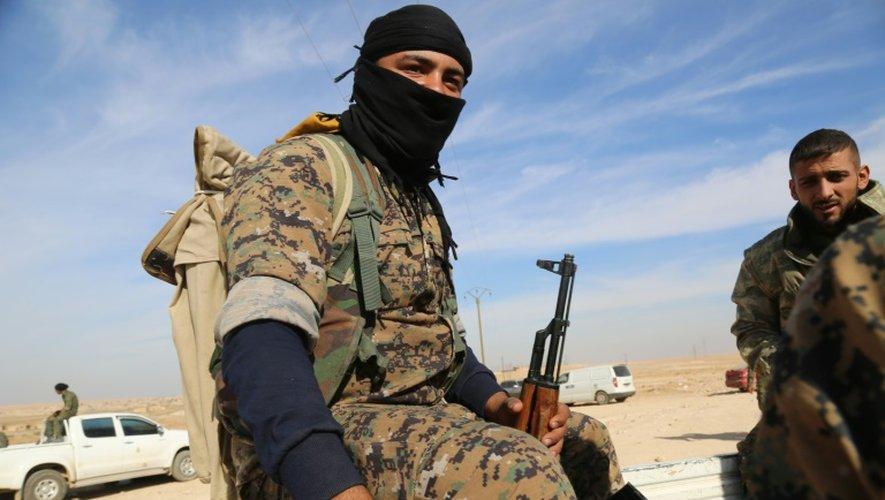 Des combattants des Forces démocratiques syriennes à Ain Issa lors d'une offensive contre les jihadistes de l'EI, à 50 kilomètres au nord de Raqa, le 8 novembre 2016