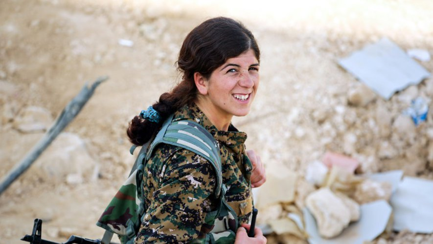 Une membre de l'unité de protection des femmes kurdes (YPJ), donne des ordres par talkie-walkie dans le village de Mazraat Khaled, à environ 40 km de Raqa, le 9 novembre 2016