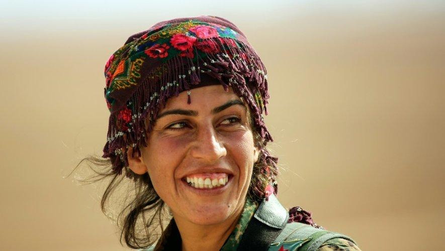 Chirine, 25 ans, membre des unités de protection de la femme kurde (YPJ) près du village syrien de Mazraat Khaled, à environ 40 km de Raqa, le 9 novembre 2016