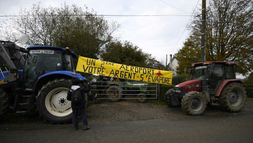 """""""Copain 44"""", un collectif opposé à l'aéroport, manifeste aux Domaines près de Notre-Dame-des-Landes, le 10 novembre 2016"""