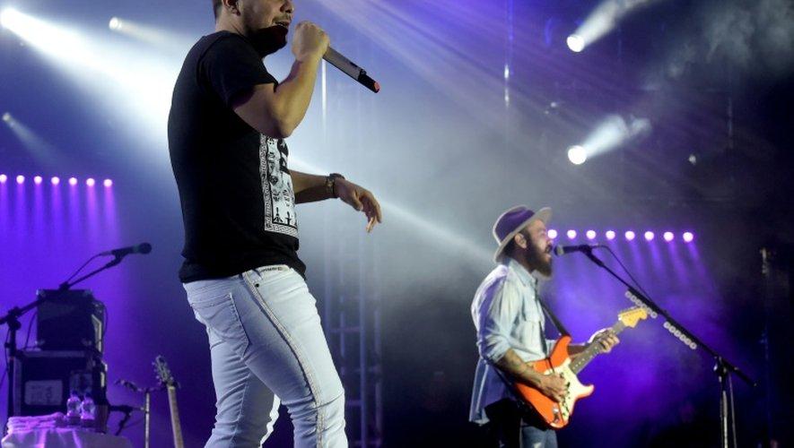 """Jorge & Matheus, l'un des duos """"sertanejos"""" les plus en vogue, se présentent sur scène enveloppés de lumières LED et de fumée, sous les cris assourdissants du public"""