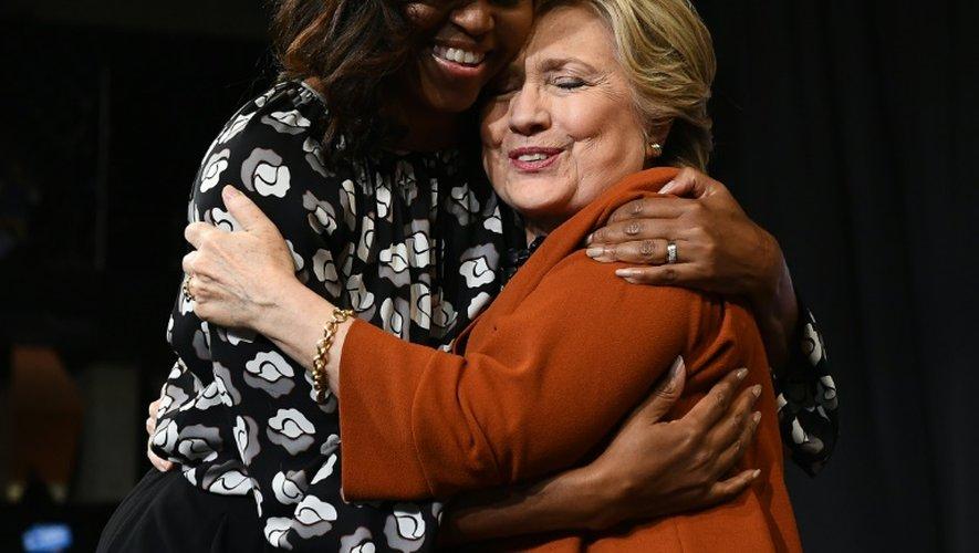 Michelle Obama enlace Hillary Clinton, à Winston-Salem, le 27 octobre 2016