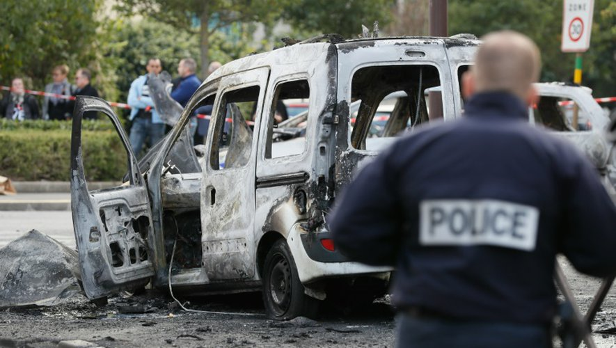 Un véhicule de police incendié, le 8 octobre 2016 à Viry-Châtillon en région parisienne