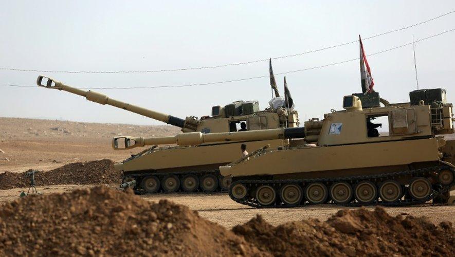 Des chars irakiens se positionnent le 9 novembre 2016 à Arbid près de Mosssoul