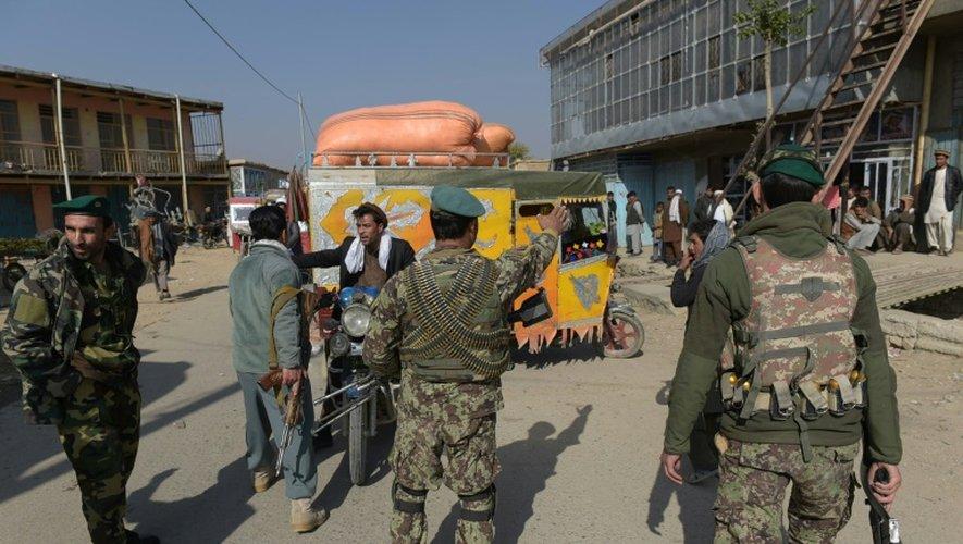 Des forces de sécurité afghanes contrôlent les environs de la base américaine militaire de Bagram, le 12 novembre 2016 après une forte explosion