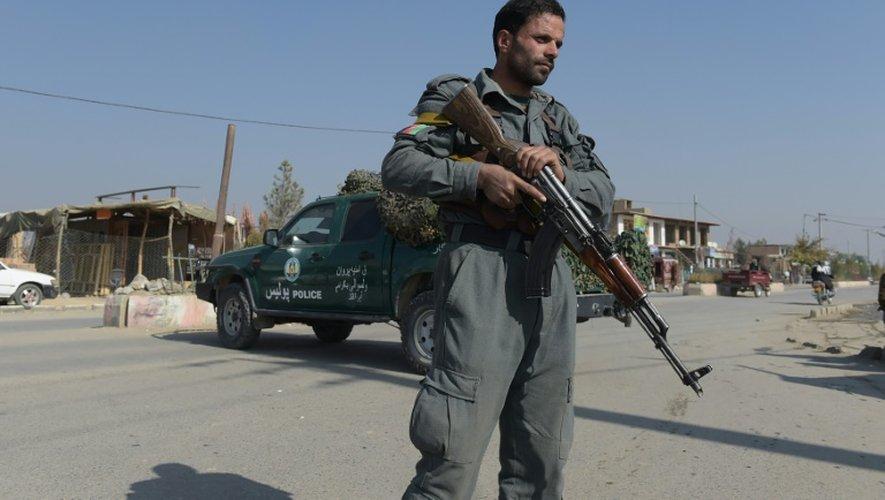 Un policier afghan en faction devant la base militaire américaine de Bagram, le 12 novembre 2016