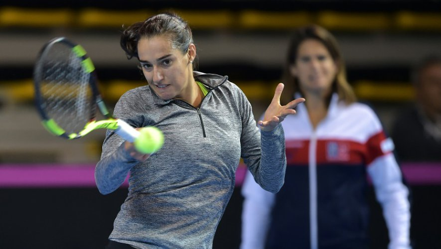 Caroline Garcia s'entraîne pour la finale de la Fed Cup sous le regard de sa capitaine Amélie Mauresmo, le 8 novembre 2016 à Strasbourg