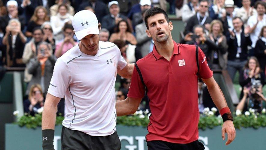 Le Serbe Novak Djokovic (d) et le Britannique Andy Murray après la finale de Roland-Garros remportée par le Serbe, le 5 juin 2016
