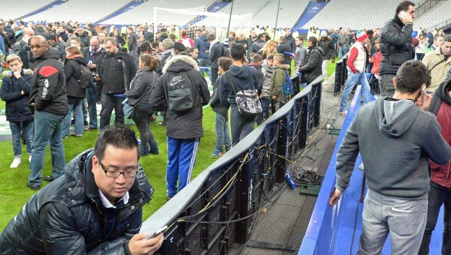 Le public sur la pelouse du Stade de France, cible d'une attaque terroriste le 13 novembre 2016 à Saint-Denis