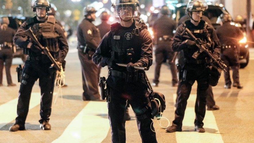 Policiers anti-émeutes déployés devant la mairie le 13 novmebre 2016 à Los Angeles