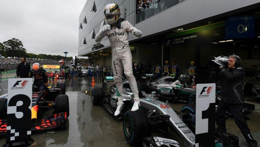 Le pilote Mercedes-AMG Lewis Hamilton, vainqueur du GP du Brésil à Interlagos, le 13 novembre 2016 à Sao Paulo