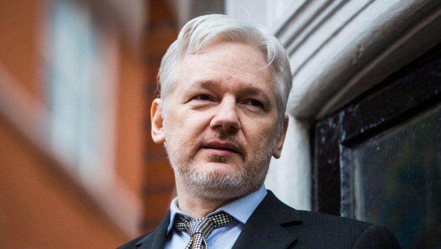 Le fondateur de WikiLeaks Julian Assange s'adresse à la presse depuis le balcon de l'ambassade d'Equateur à Londres, le 5 février 2016