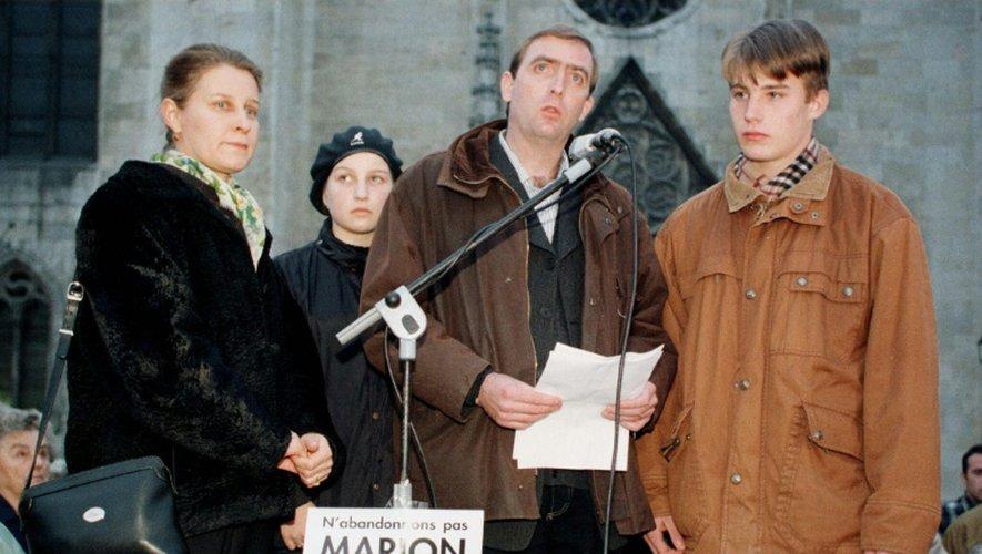 Les parents de la petite Marion, Françoise et Michel Wagon, accompagné de leurs enfants, le 14 novembre 1997 à Agen, lors d'une manifestation à la mémoire de leur fille disparue un an plus tard