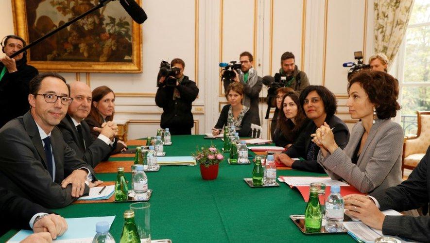 Stéphane Roussel, membre du conseil de surveillance de Canal+ (2eG) et Jean-Christophe Thierry, président du conseil de surveillance (G) font face à la ministre de la Culture Audrey Azoulay (D) et son homologue du Travail, Myriam El Khomri