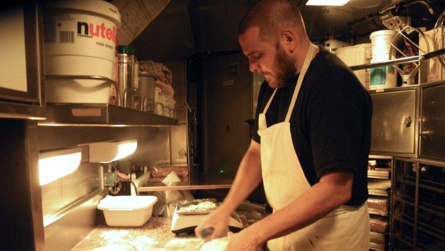 Un cuisinier à l'oeuvre à bord du sous-marin nucléaire Le Vigilant, en octobre 2016