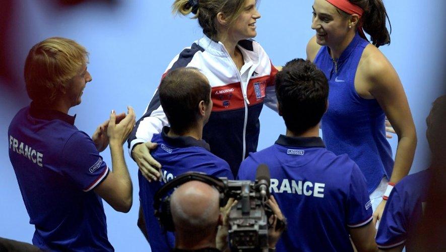 Amélie Mauresmo (g), capitaine de l'équipe de France de Fed Cup, félicite Caroline Garcia lors de la finale face à la République tchèque, le 13 novembre 2016 à Strasbourg