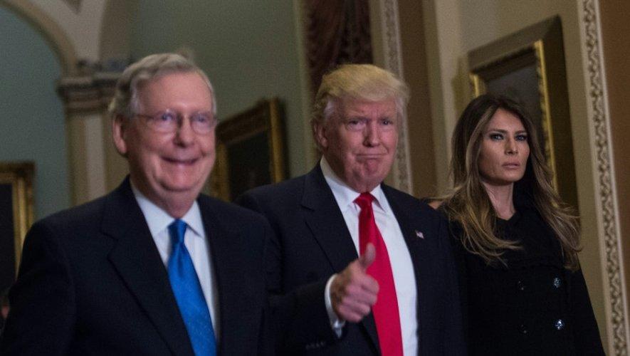 Donald Trump entre Mitch McConnell, chef de la majorité républicaine au Sénat, et Melania Trump, son épouse, le 10 novembre 2016 à Washington