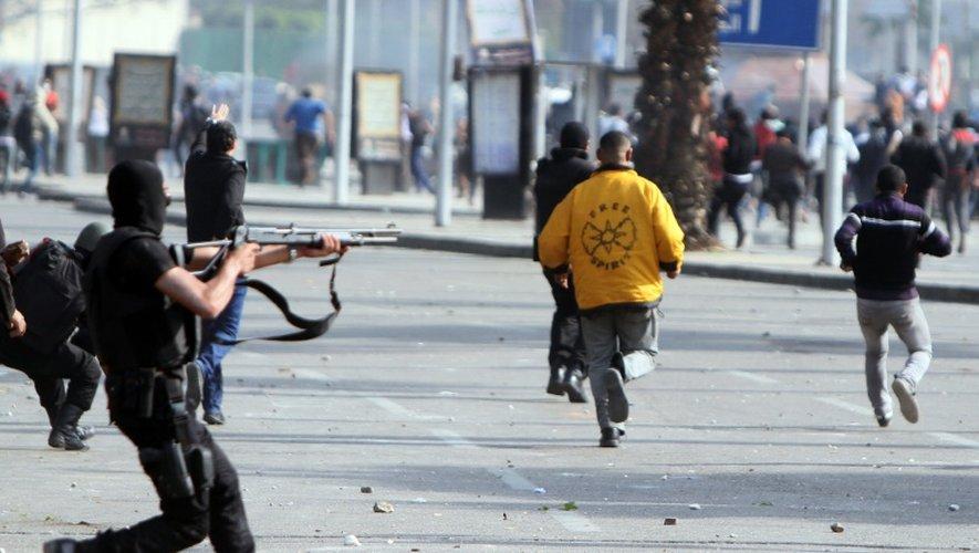 Des policiers anti-émeutes lors d'une manifestation d'étudiants le 19 mars 2014 au Caire
