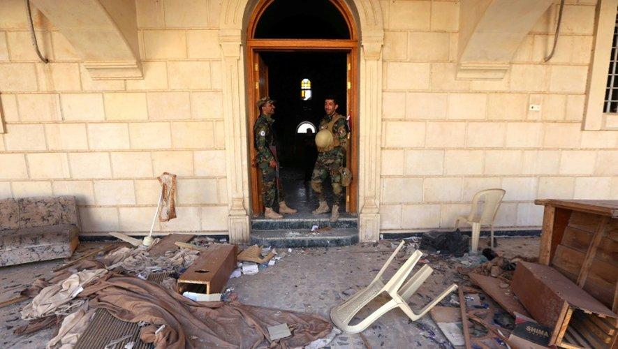 Les forces irakiennes inspectent l'église de l'Immaculée Conception le 30 octobre 2016 à Qaraqosh, reprise au groupe Etat islamique