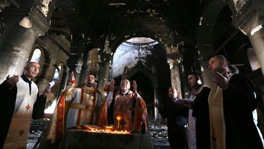Une messe est célébrée dans l'église de l'Immaculée Conception le 30 octobre 2016 à Qaraqosh, reprise au groupe Etat islamique