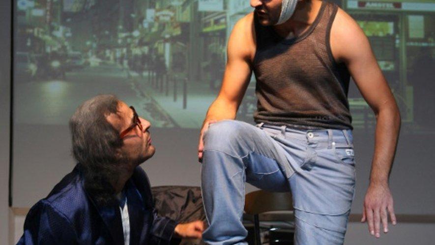 """Deux frères syriens revivent leur exil en France dans la pièce intitulée """"Les deux réfugiés"""" à Amman, le 9 novembre 2016"""