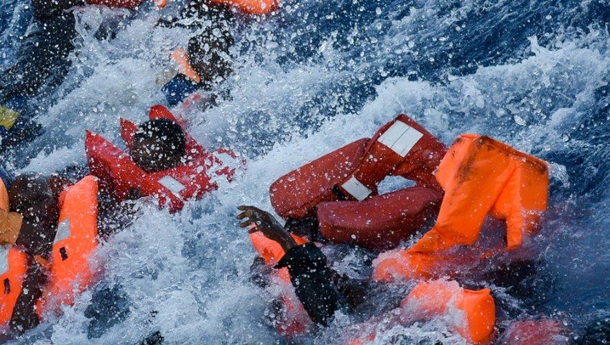 Des migrants paniquent alors qu'ils tombent à l'eau durant une opération de secours en Méditerranée, le 3 novembre 2016