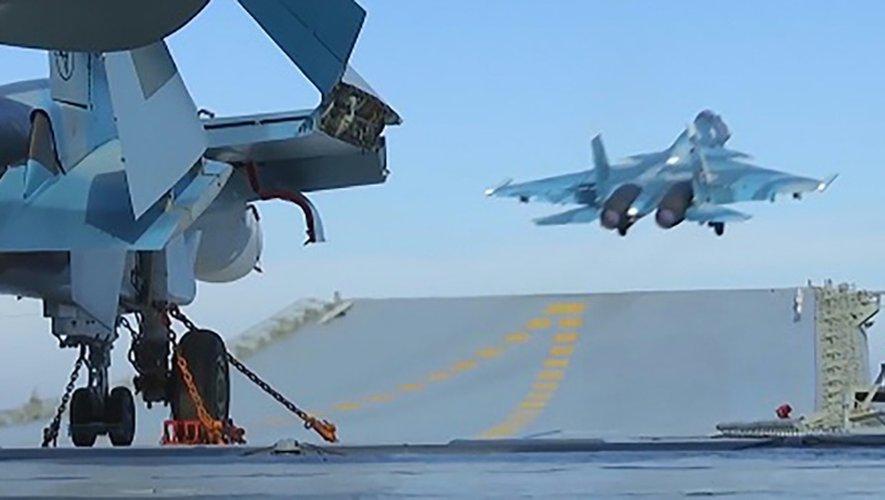 Photo disponible sur le site du ministère russe de la Défense le 15 novembre 2016 montrant un avion de combat décollant d'un porte-avions au large des côtes syriennes lors de frappes contre des positions de l'EI