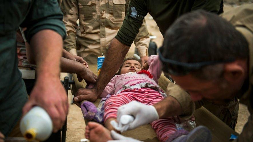 Des médecins des forces spéciales irakiennes et des volontaires slovaques soignent une fillette irakienne à Mossoul, le 15 novembre 2016