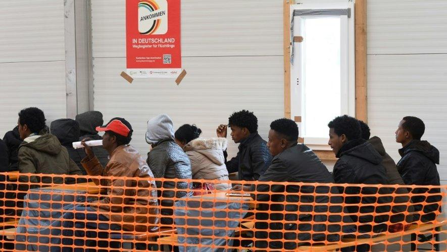 Des migrants érythréens attendent d'être enregistrés à Erding, dans le sud de l'Allemagne, le 15 novembre 2016