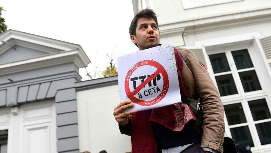 Un manifestant opposé aux accords de libre-échange TTIP et CETA à Bruxelles le 24 octobre 2016