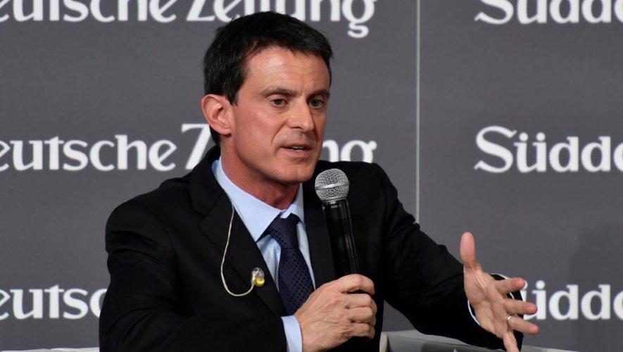 Manuel Valls fait un discours lors d'un forum économique organisé par le journal allemand Sueddeutsche Zeitung à l'Hôtel Adlon à Berlin le 17 novembre 2016