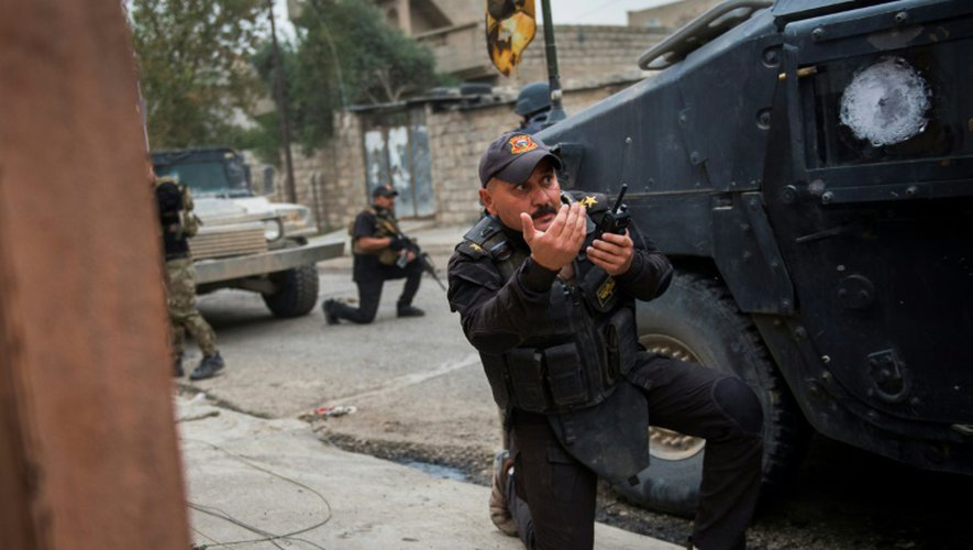 Un commandant des forces spéciales irakiennes et ses hommes sous le feu de l'EI dans un faubourg de Mossoul, le 16 novembre 2016