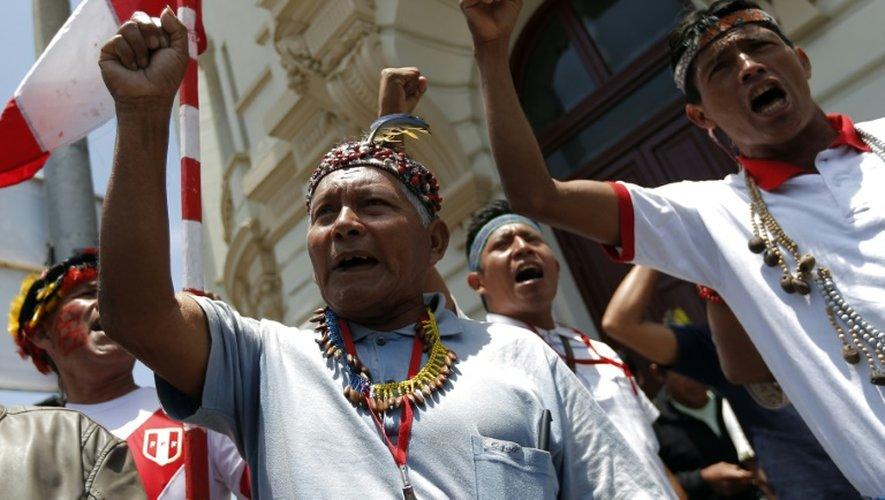 Des Péruviens proetstent contre le président américain Barack Obama lors du sommet de l'APEC à Lima, le 18 novembre 2016