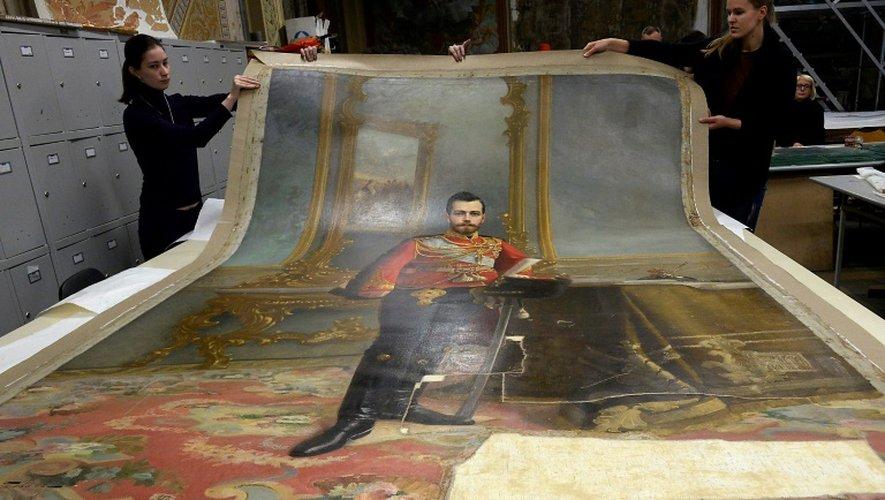 Le portrait du dernier tsar russe Nicolas II peint par Ilia Galkine caché sous un portrait de Lénine par Vladismav Izmailovitch, le 17 novembre 2016 à Saint-Pétersbourg