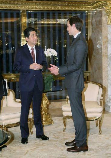 Le gendre de Donald Trump, Jared Kushner, avec le Premier ministre japonais Shinzo Abe à New York, le 18 novembre 2016