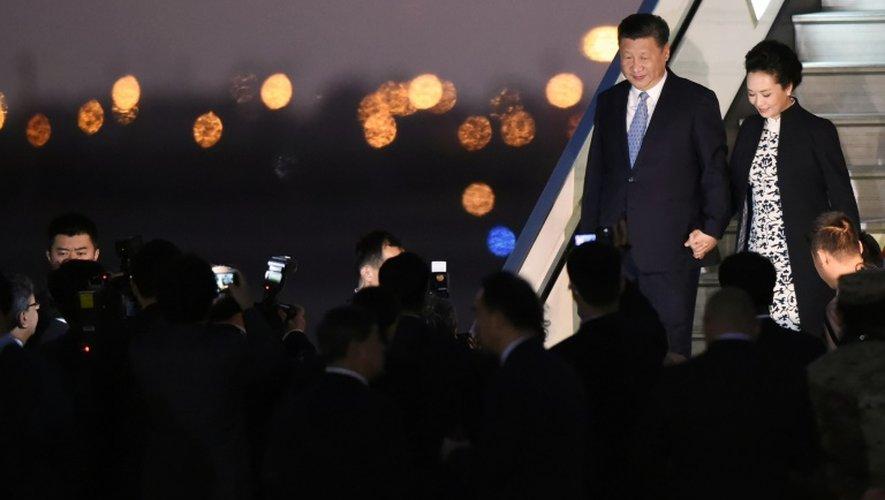 Le président chinois Xi Jinping et son épouse Peng Liyuan arrivent à Lima, le 18 novembre 2016