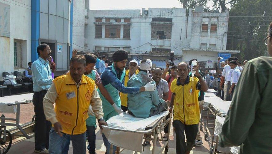 Des passagers blessés dans le déraillement d'un train sont transportés à l'hôpital, le 20 novembre 2016 à Kanpur, dans le nord de l'Inde