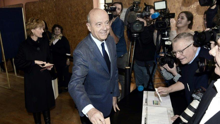 Le candidat Alain Juppé vote au 1er tour de la primaire de la droite, le 20 novembre 2016 à Bordeaux