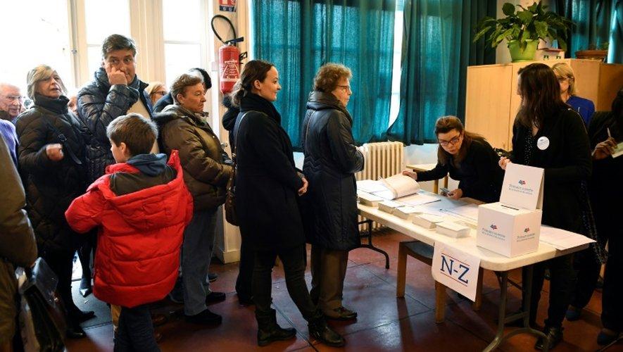 Des personnes attendent pour voter à la primaire de la droite, le 20 novembre 2016 à Paris