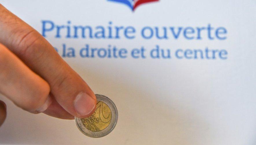 Un électeur verse deux euros dans un bureau de vote de Mulhouse, le 20 novembre 2016