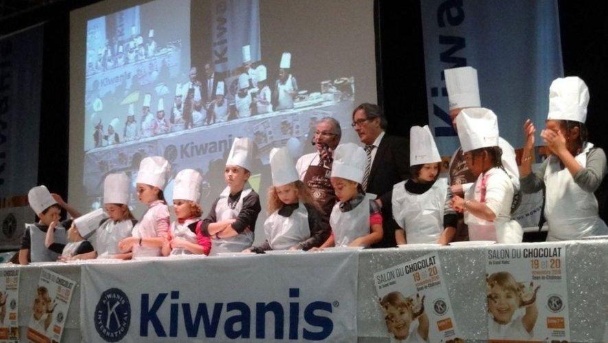 Un groupe d'enfants au cours des ateliers chocolats.