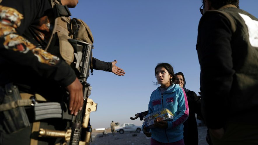 Des familles irakiennes sont évacuées de Bartalla dans l'est de Mossoul, le 23 novembre 2016