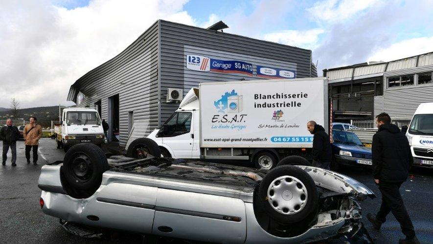 Suite au passage d'une mini-tornade au cours de la nuit de mercredi à jeudi à Saint-Martin-de-Londres, dans l'Hérault, plusieurs véhicules ont été retournés par le vent comme celui-ci, le 24 novembre 2016