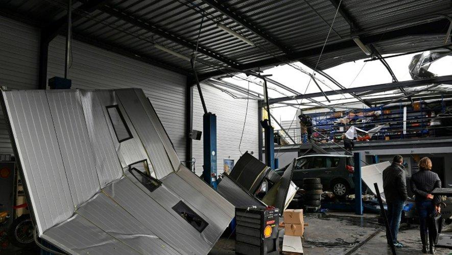 Un mécanicien constate les dégâts causés par le passage d'une mini-tornade au cours de la nuit de mercredi à jeudi à Saint-Martin-de-Londres à 30 km au nord de Montpellier, dans l'Hérault