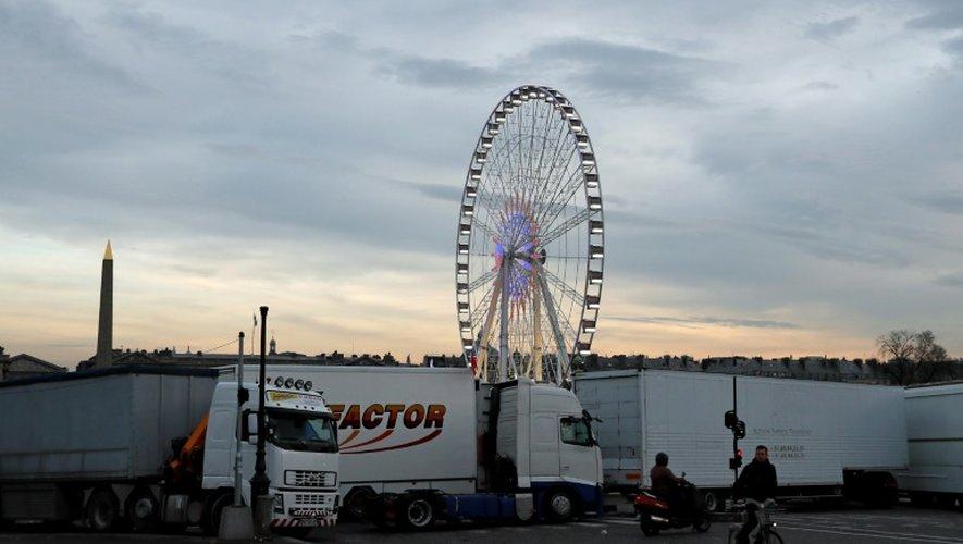 Des camions de forains bloquent l'accès à la Place de la Concorde à Paris le 24 novembre 2016 pour soutenir Gérard Campion, propriétaire de la Grande roue, dont l'Etat demande le démantèlement